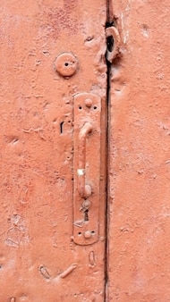 Vecchia maniglia della porta texture rosso.