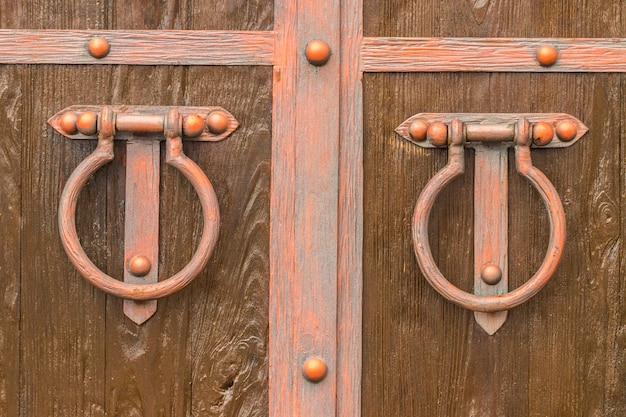 Il vecchio battente della porta. la struttura in legno.