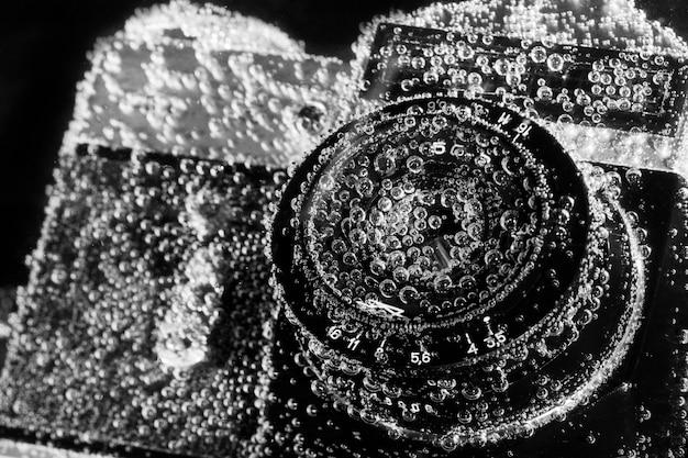 Vecchia macchina fotografica annegata sotto l'acqua