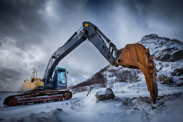 Vecchio escavatore nel paesaggio invernale