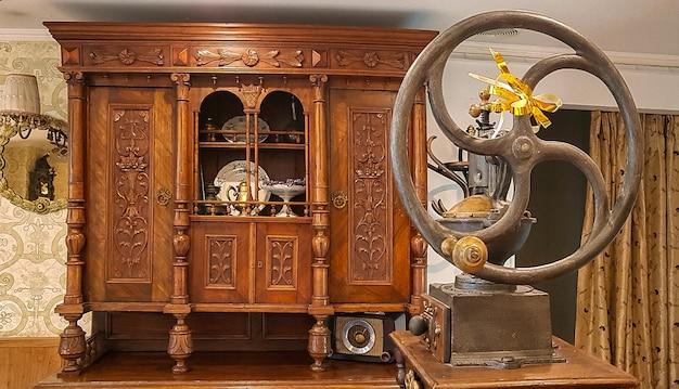 Il macinino da caffè vecchio modo e l'armadio antico nella caffetteria con cucina francese