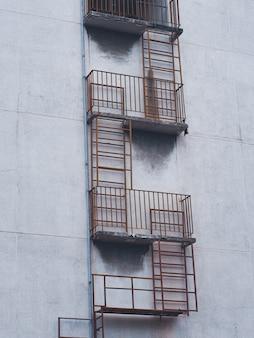 Vecchia scala antincendio installata all'esterno del vecchio appartamento