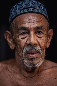 Vecchio pescatore al paesino di pescatori nel sud della thailandia.