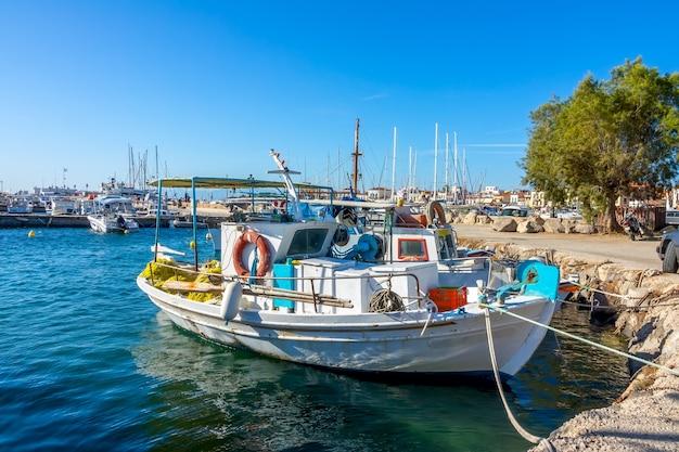 Vecchio peschereccio in marina greca