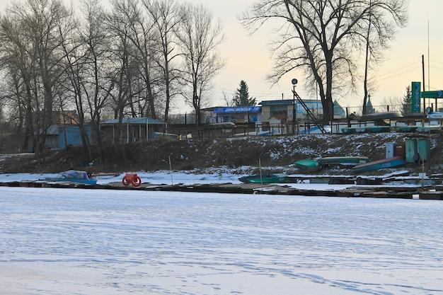 Vecchi pescherecci in porto sul fiume congelato dnieper