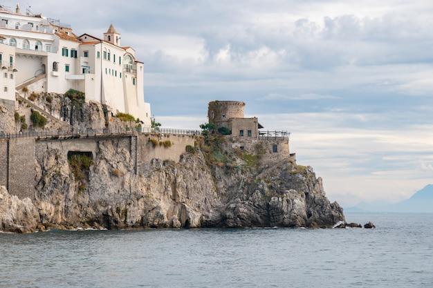 Vecchia fortezza su una spiaggia della città di amalfi. viaggio