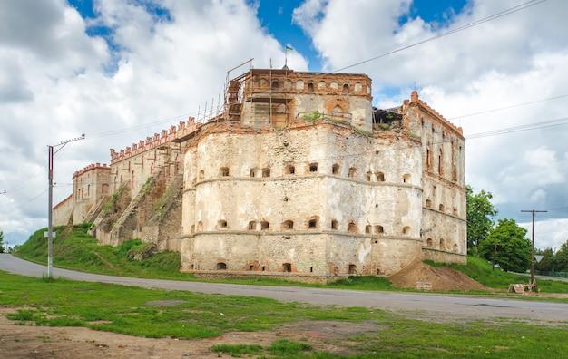 Vecchia fortezza nel villaggio medzhybizh ucraina