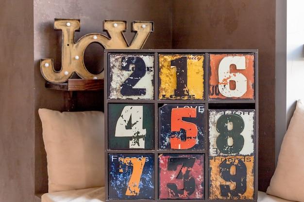 Vecchio comò decorativo divertente con numeri. interessante cassa in legno dipinto antico.