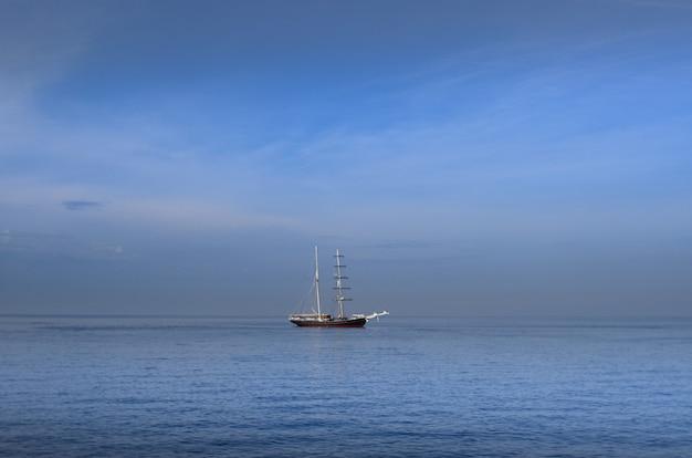 Vecchio galeone al largo del mare