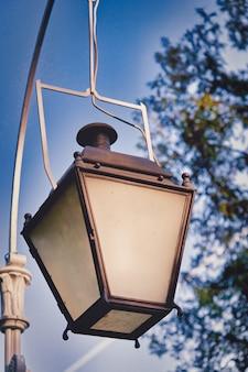 Vecchio lampione a gas contro il cielo, illuminazione della città d'epoca. avvicinamento