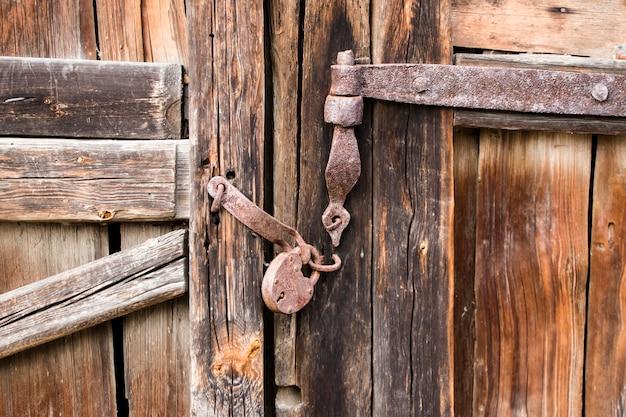 Vecchio cancello con serratura arrugginita. sfondo per il design.