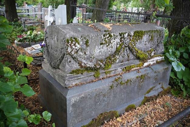 Vecchio sarcofago tedesco su piedistallo di pietra nel cimitero estivo - russia, san pietroburgo, luglio 2021