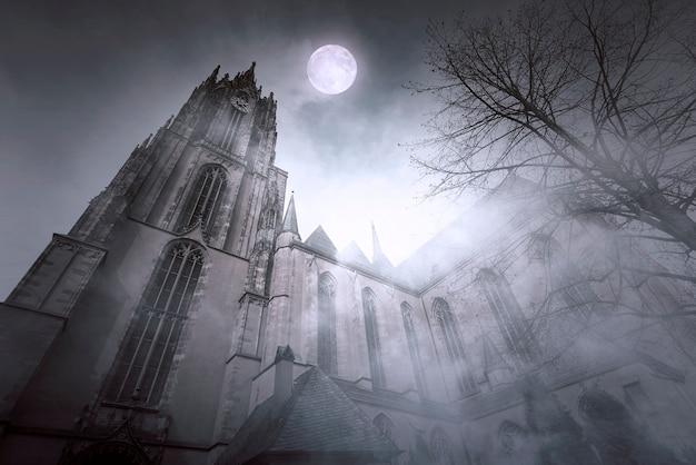Vecchia chiesa gotica con luce della luna e notte nebbiosa a francoforte in germania