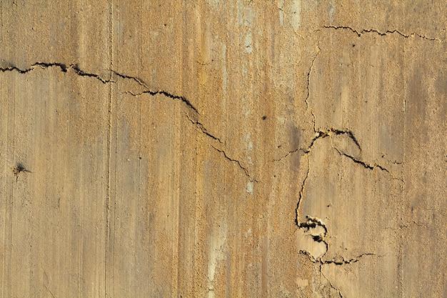 Vecchio fondo di lerciume di superficie incrinata gialla con spazio per testo.