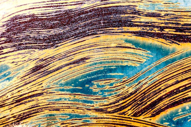 Vecchia vernice murale esposta all'aria incrinata grungy che si stacca dalla lamina di metallo arrugginita. sfondo con texture