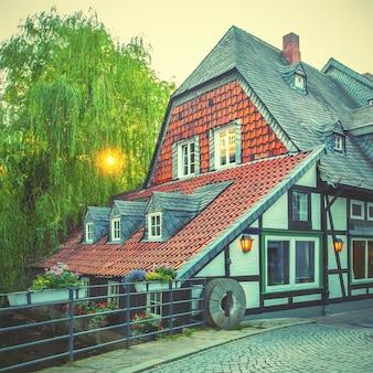 Vecchia casa a graticcio a goslar, germania. immagine tonica in stile retrò