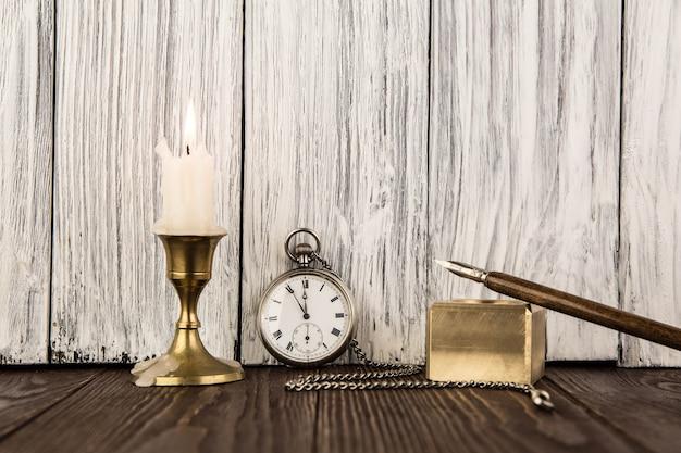 La vecchia piuma di manico con una candela Foto Premium