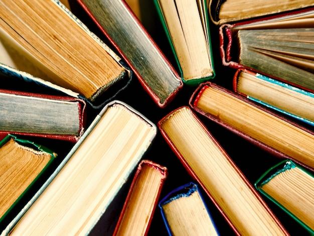 Vecchi libri con copertina rigida