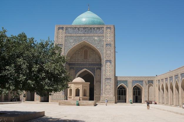 Vecchio edificio storico con arco e cupola. antichi edifici dell'asia medievale. bukhara, uzbekistan