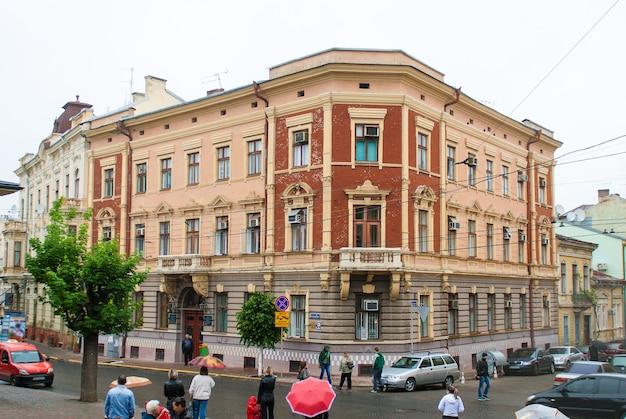 Vecchia casa nel centro di chernivsti. ucraina Foto Premium
