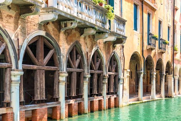 Vecchia casa con archi e balcone vicino al canale a venezia