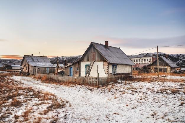 Una vecchia casa con una scala per la soffitta. autentico villaggio del nord russo, aspra natura artica. teriberka.