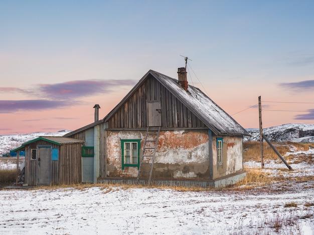 Una vecchia casa con una scala per la soffitta