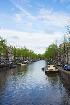 Vecchie case sull'anello del canale di amsterdam, olanda