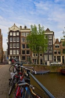Vecchie case sul canale di amsterdam, paesi bassi