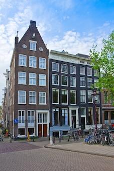 Vecchie case sull'anello del canale ad amsterdam, paesi bassi