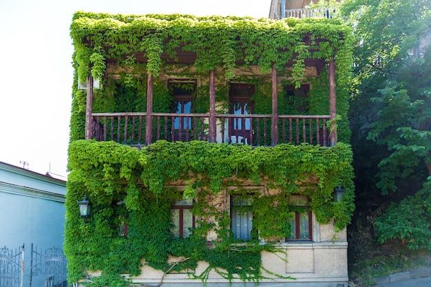 Vecchie case con belle verande in legno nel centro storico di tbilisi