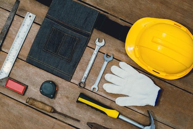 Costruttore di strumenti vecchi o ristrutturazione per costruire e riparare casa su superficie di legno