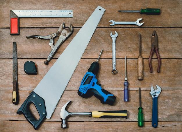 Costruttore di strumenti antichi o ristrutturazione per costruire e riparare casa