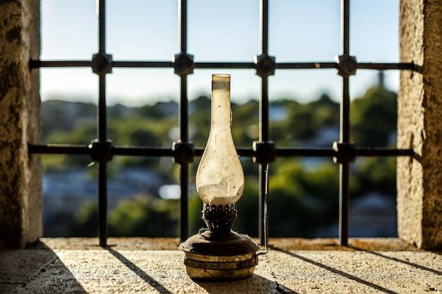 Vecchia lampada a cherosene vicino alla finestra del castello