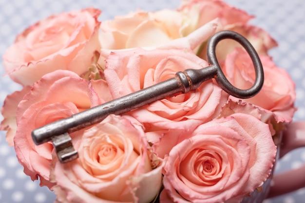 Vecchia chiave e rose