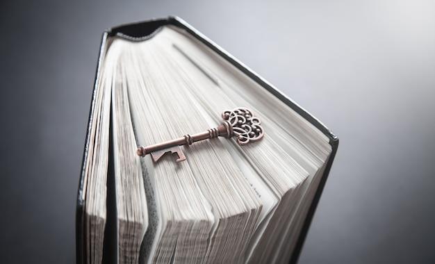Vecchia chiave con la bibbia