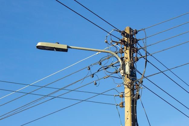 Vecchia lampada e palo elettrico