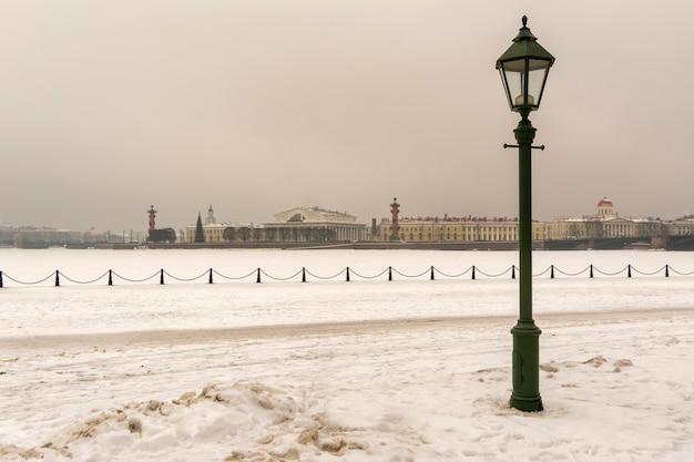 Vecchia lanterna sull'argine del fiume neva