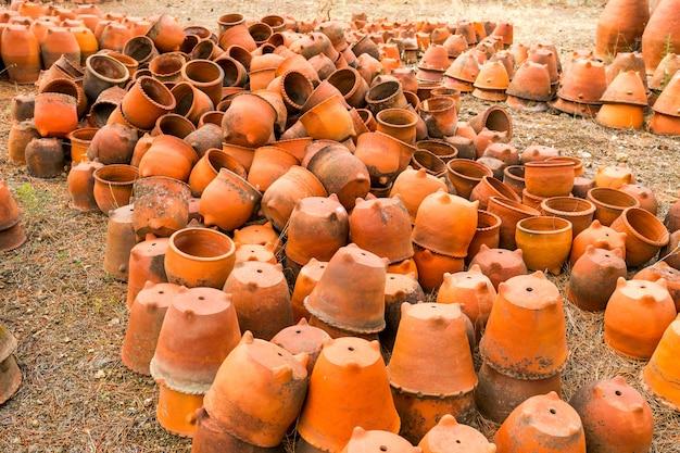 Vecchia grande serie di vasi di fiori di argilla
