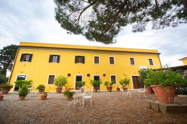 Vecchia grande villa gialla nella regione toscana