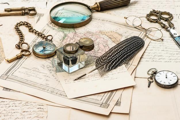 Vecchie lettere e mappe penna a inchiostro vintage accessori antichi viaggio nostalgico sfondo effimero
