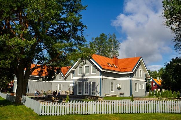 Vecchia casa di legno tradizionale lituana nel villaggio