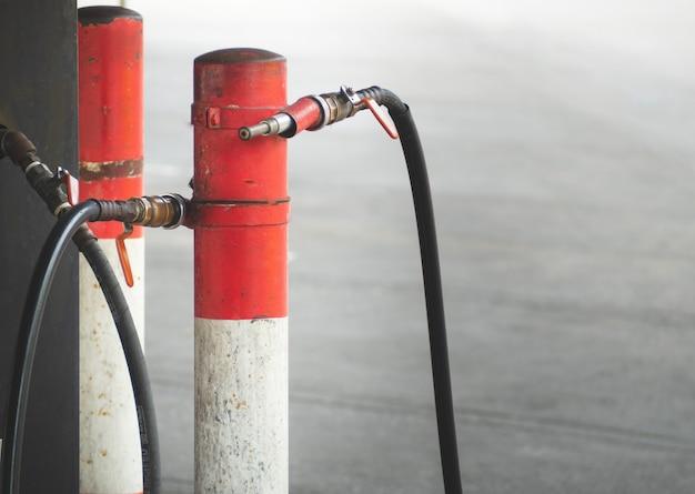 Vecchi gasdotti di distribuzione del gas gpl installati nelle stazioni di servizio.