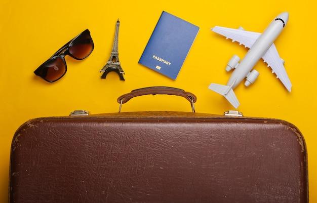 Vecchi bagagli e accessori da viaggio, souvenir sulla superficie gialla