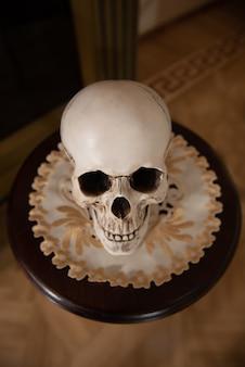 Vecchio teschio maschio sul tavolo. teschio per il rituale. cranio umano.