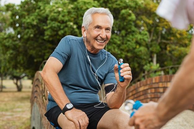 Uomo anziano che si esercita usando la pinza a mano