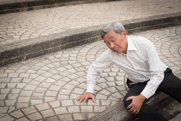 Uomo anziano che cade, incidente senior