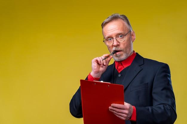 Vecchio con gli occhiali con documenti, cartella, uomo d'affari fiducioso. contratto di lettura