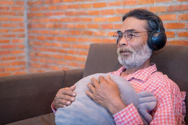 Il vecchio ascolta la musica dalle cuffie