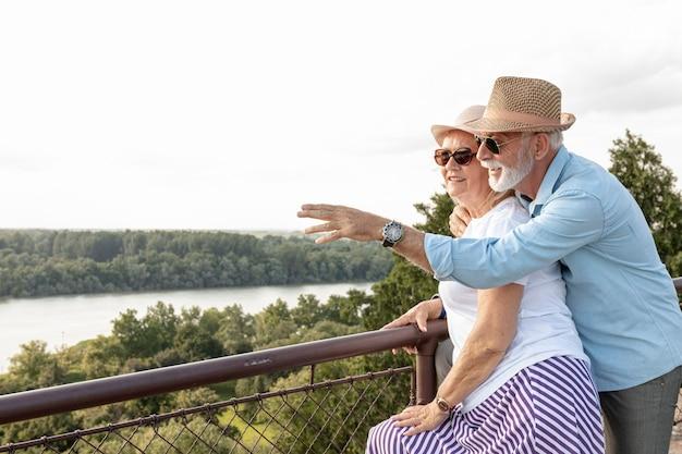 Uomo anziano che punta alla sua donna